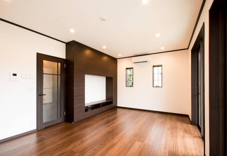 お茶屋さんの家: 池野健建築設計室が手掛けたリビングです。,