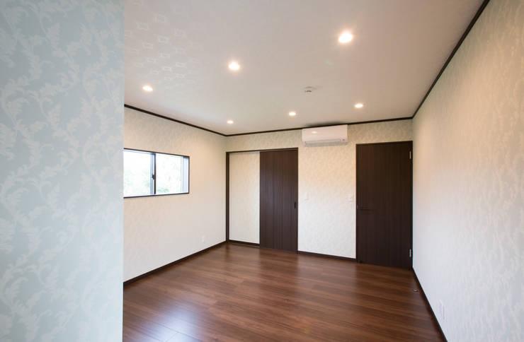 お茶屋さんの家: 池野健建築設計室が手掛けた寝室です。,