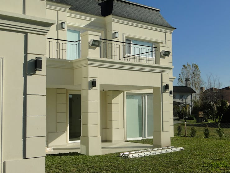 Casa en Castores – Nordelta: Casas de estilo clásico por Arquitectos Building M&CC - (Marcelo Rueda, Claudio Castiglia y Claudia Rueda)