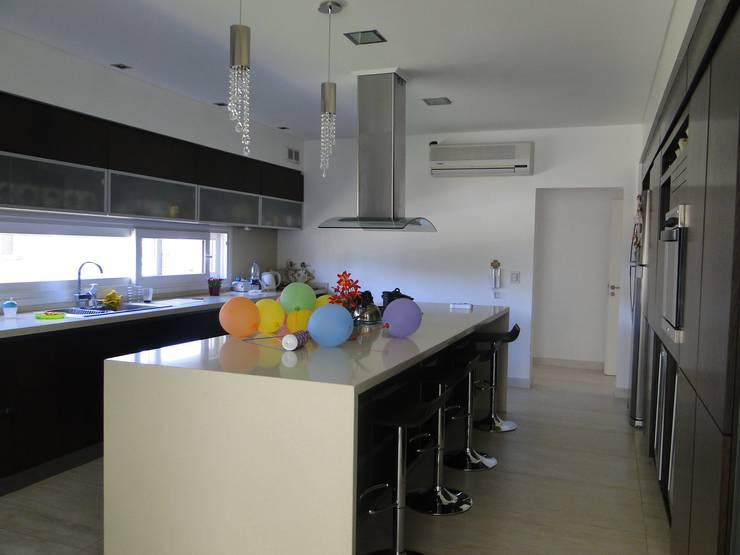 مطبخ تنفيذ Arquitectos Building M&CC - (Marcelo Rueda, Claudio Castiglia y Claudia Rueda)