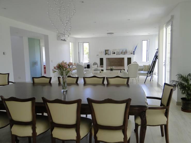 Casa en Castores - Nordelta: Livings de estilo  por Arquitectos Building M&CC - (Marcelo Rueda, Claudio Castiglia y Claudia Rueda)