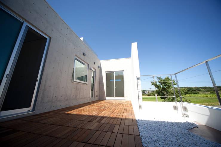 コンクリートに好きな物を合せました。: 030が手掛けた家です。,モダン