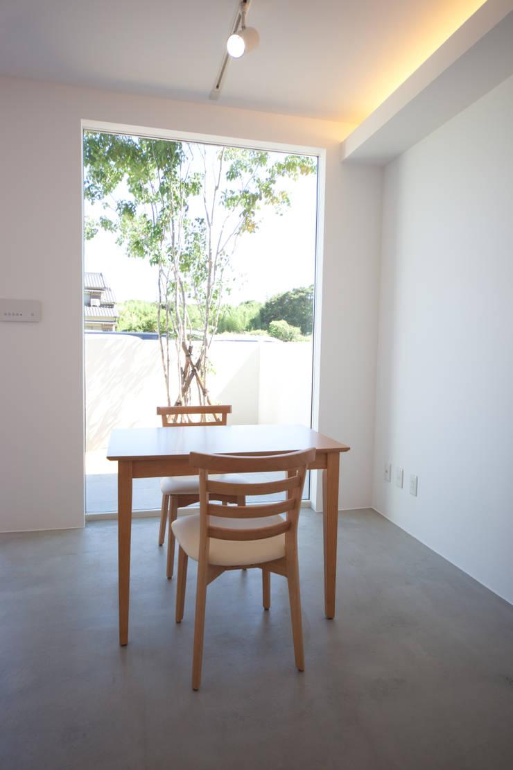 コンクリートに好きな物を合せました。: 030が手掛けた和室です。,モダン