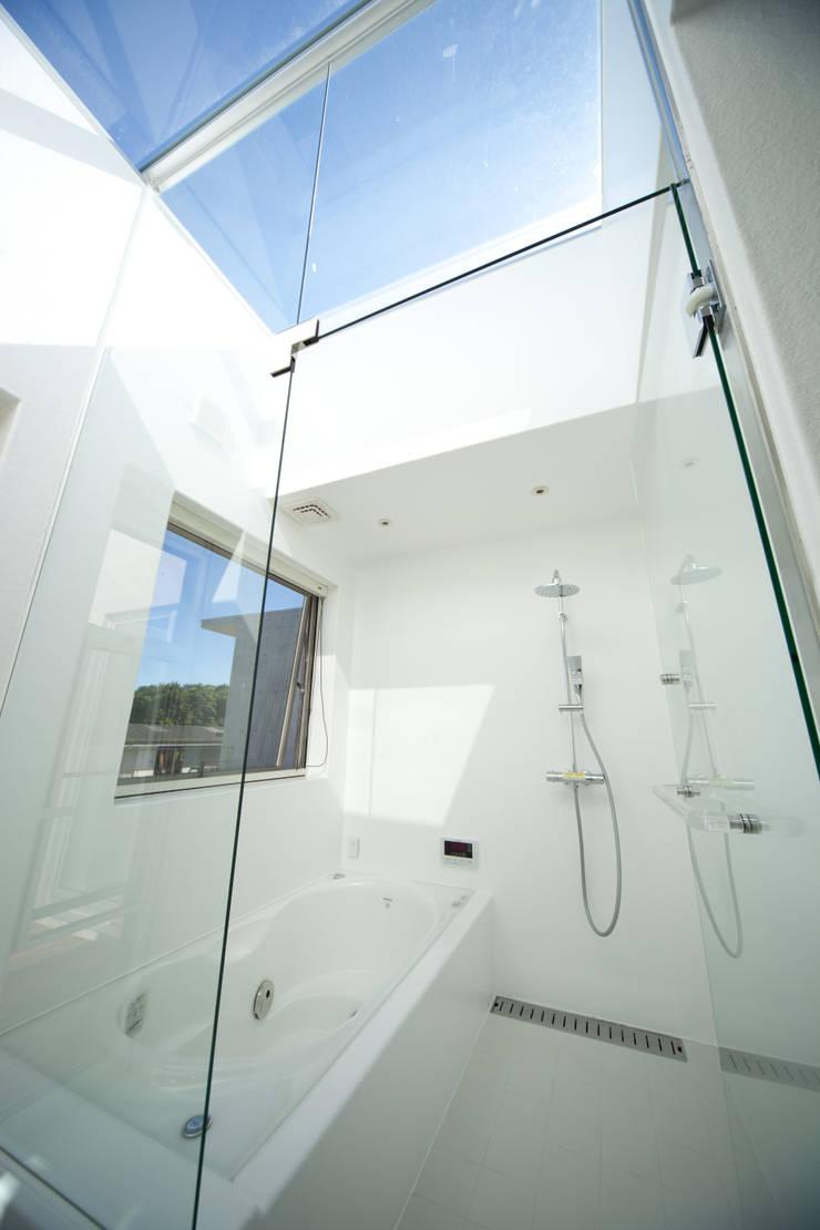 コンクリートに好きな物を合せました。: 030が手掛けた浴室です。,モダン