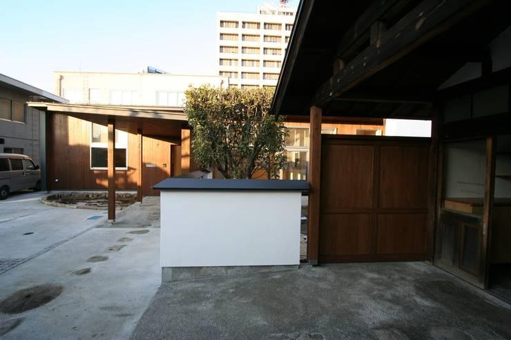 昔の建物から新建物を見る: 遠藤知世吉・建築設計工房が手掛けた家です。,