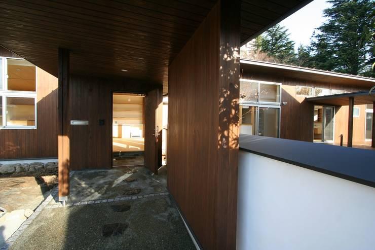 回遊: 遠藤知世吉・建築設計工房が手掛けた廊下 & 玄関です。,