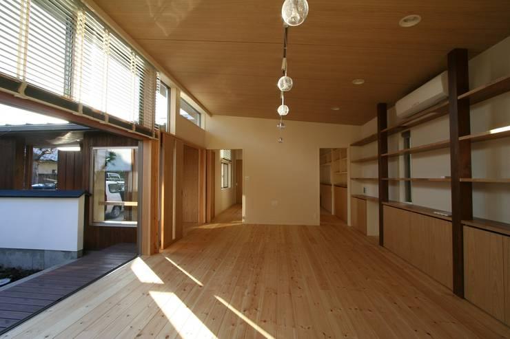 回遊: 遠藤知世吉・建築設計工房が手掛けたリビングです。