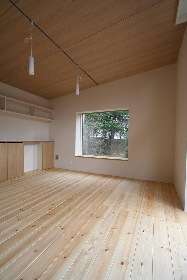 ピクチャーウィンドー: 遠藤知世吉・建築設計工房が手掛けた寝室です。,