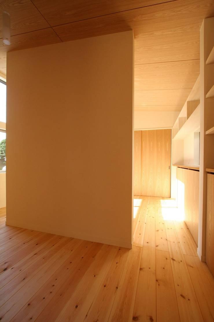 クロークから寝室を見る: 遠藤知世吉・建築設計工房が手掛けた寝室です。,