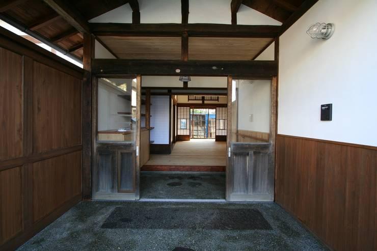 古い建物玄関: 遠藤知世吉・建築設計工房が手掛けた廊下 & 玄関です。