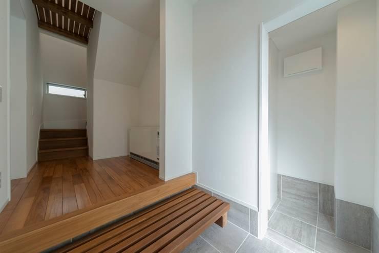 空と海な家 玄関: フォーレストデザイン一級建築士事務所が手掛けたアジア人です。,和風