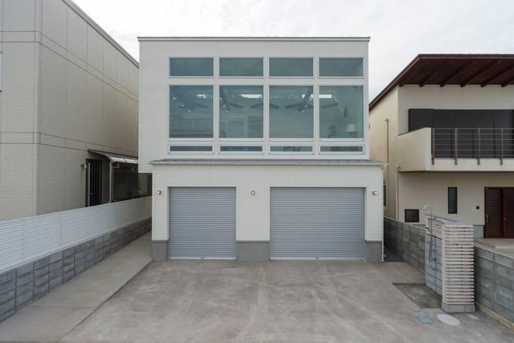 空と海な家 外観: フォーレストデザイン一級建築士事務所が手掛けたアジア人です。,和風
