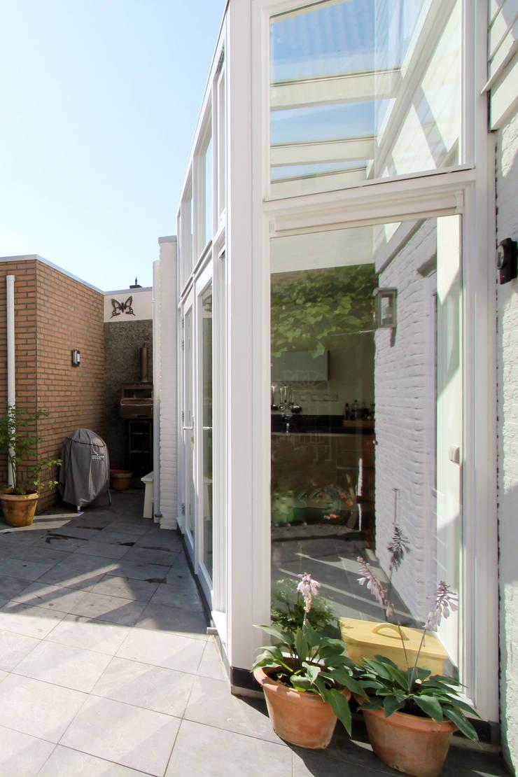 zij-aanzicht pui/serre:  Huizen door JANICKI ARCHITECT, Modern Hout Hout