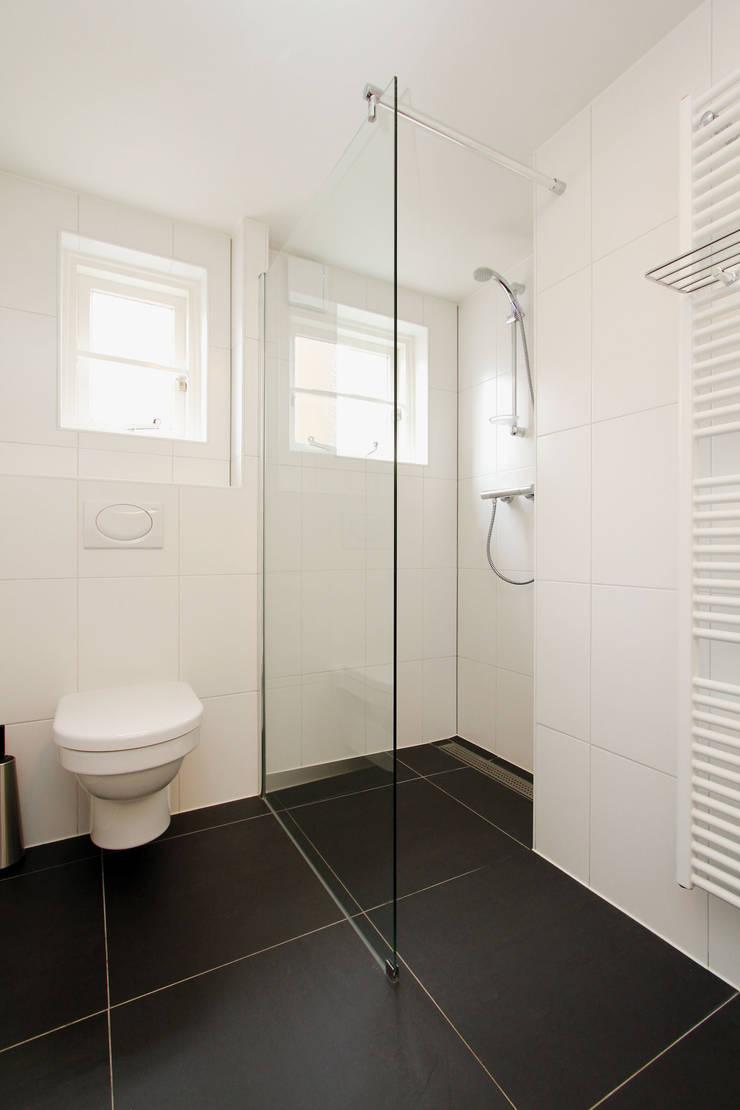 compacte en lichte badkamer:  Badkamer door JANICKI ARCHITECT, Modern