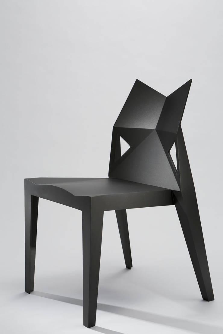 F-light chair: 藤村デザインスタジオ / FUJIMURA DESIGIN STUDIOが手掛けたリビングルームです。