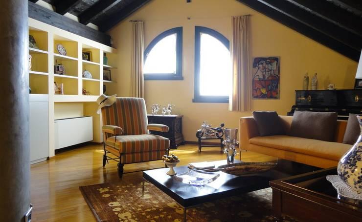 VILLETTA A CONCOREZZO: Studio in stile in stile Mediterraneo di STUDIO  SATTA