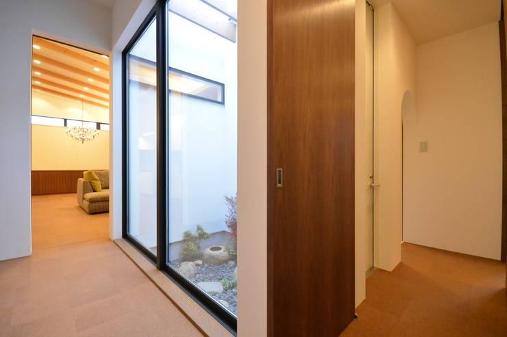 上井草2丁目平屋住宅: studio acca 一級建築士事務所 が手掛けた廊下 & 玄関です。
