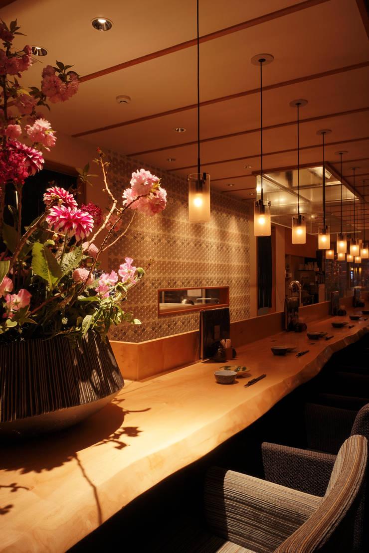 1F COUNTER: 株式会社DESIGN STUDIO CROWが手掛けたレストランです。