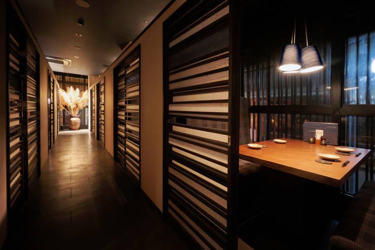 2F CORRIDOR: 株式会社DESIGN STUDIO CROWが手掛けたレストランです。