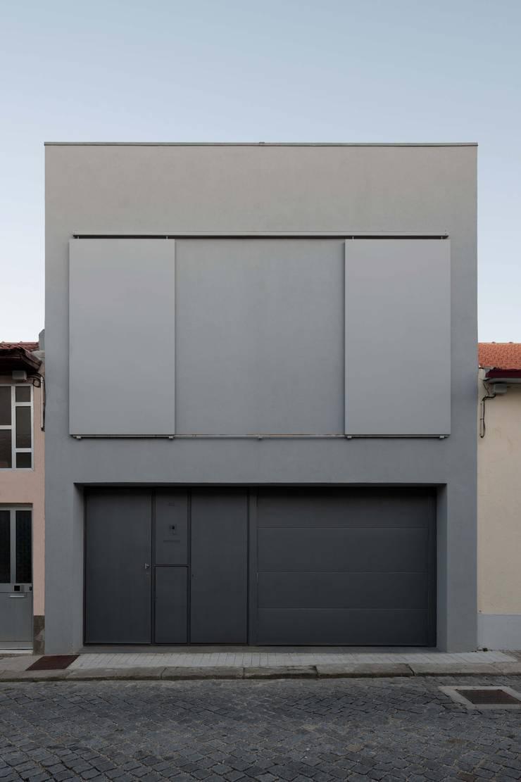 Casa em Matosinhos I: Casas  por Jorge Domingues Arquitectos