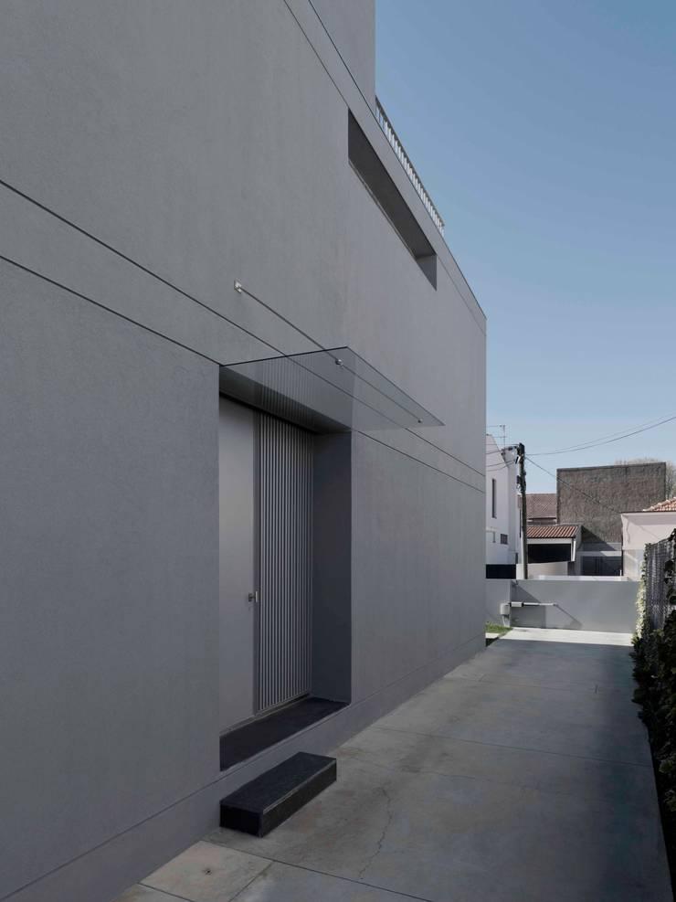 Casa em Matosinhos II: Casas  por Jorge Domingues Arquitectos