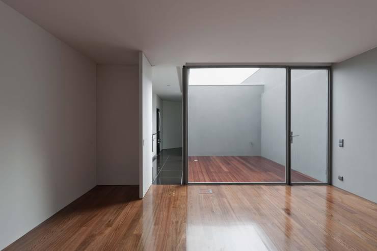 Casa em Matosinhos I: Corredores e halls de entrada  por Jorge Domingues Arquitectos