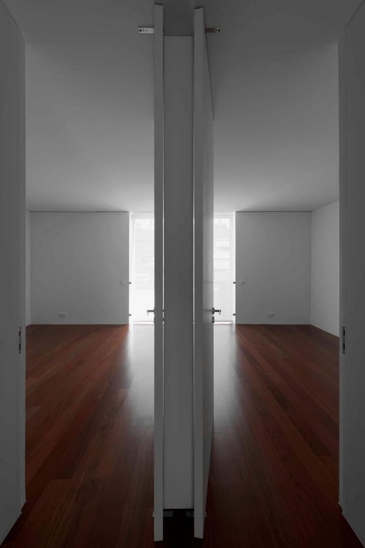 Casa em Matosinhos II: Salas de estar  por Jorge Domingues Arquitectos