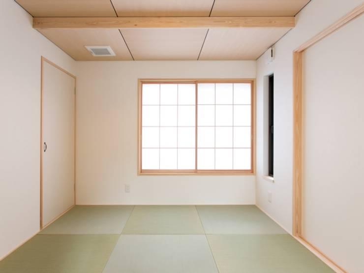 IZUMI HOUSE 和風デザインの 多目的室 の 株式会社テイクス設計事務所 和風