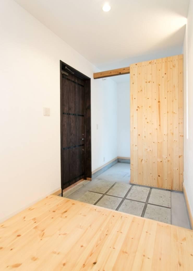 IZUMI HOUSE オリジナルスタイルの 玄関&廊下&階段 の 株式会社テイクス設計事務所 オリジナル