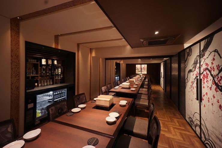 B1F DINING-1: 株式会社DESIGN STUDIO CROWが手掛けたレストランです。