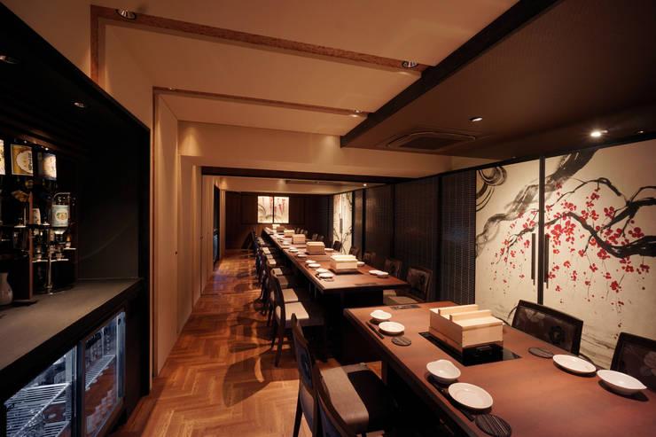 B1F DINING-2: 株式会社DESIGN STUDIO CROWが手掛けたレストランです。