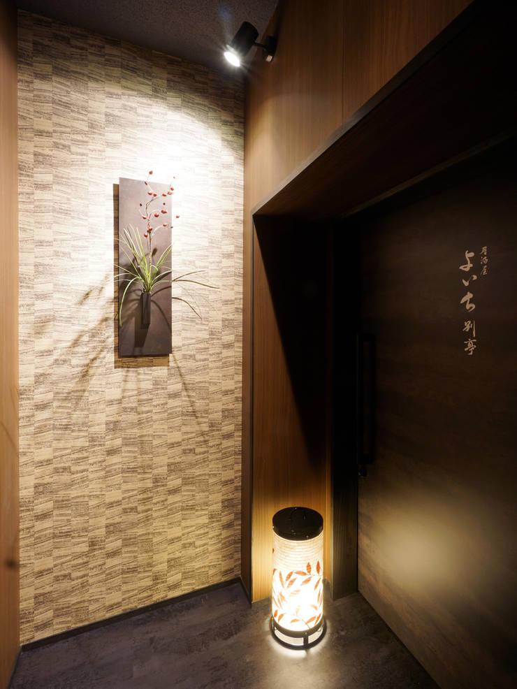 B1F ENTRANCE: 株式会社DESIGN STUDIO CROWが手掛けたレストランです。