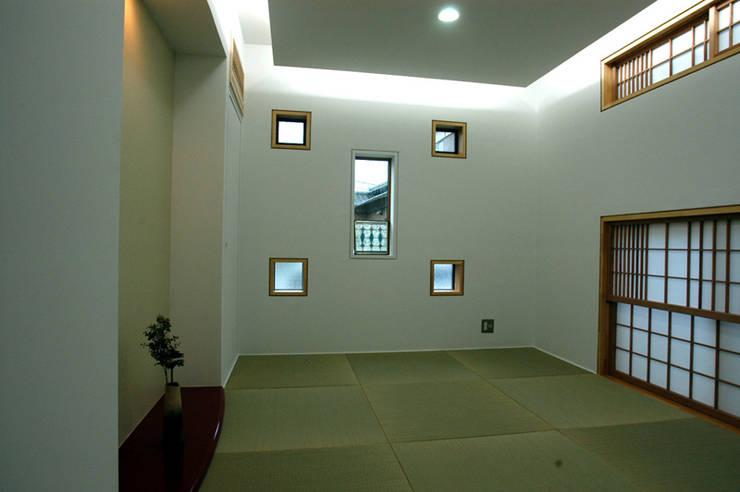 ステンドグラスある家2坂東市: ESK設計一級建築士事務所が手掛けた和室です。
