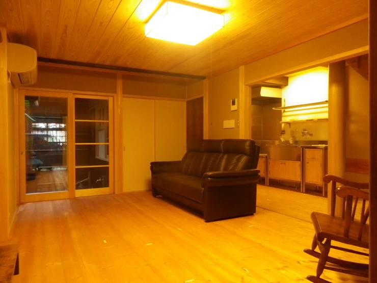 Living room by 末川協建築設計事務所, Asian