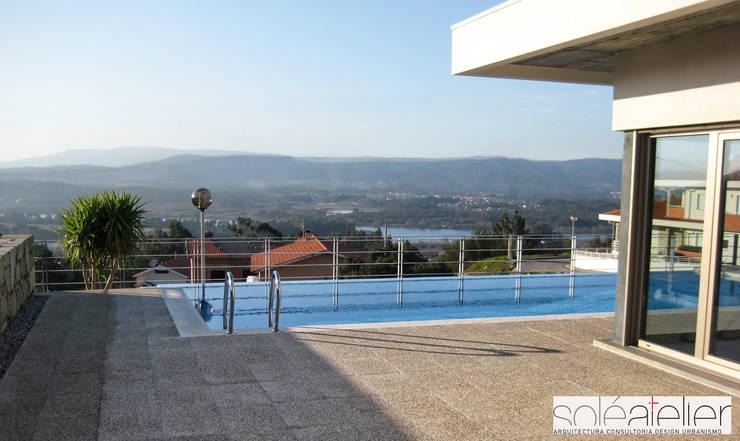 Casa TENEDÓRIO, Loivo: Piscinas  por SOLE ATELIER, LDA