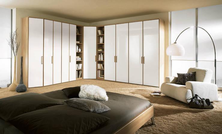 Camera da letto in stile  di Möbel Röthing - ...wir machen Zuhause