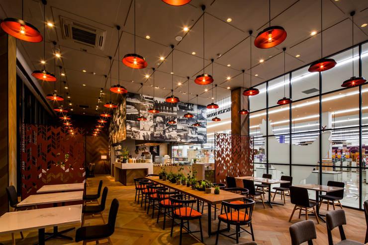 DINING AREA-1 モダンなレストラン の 株式会社DESIGN STUDIO CROW モダン