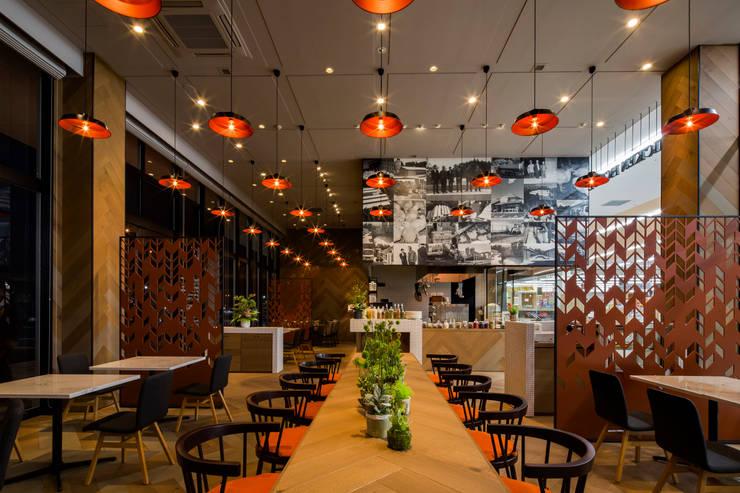 DINING AREA-2 モダンなレストラン の 株式会社DESIGN STUDIO CROW モダン