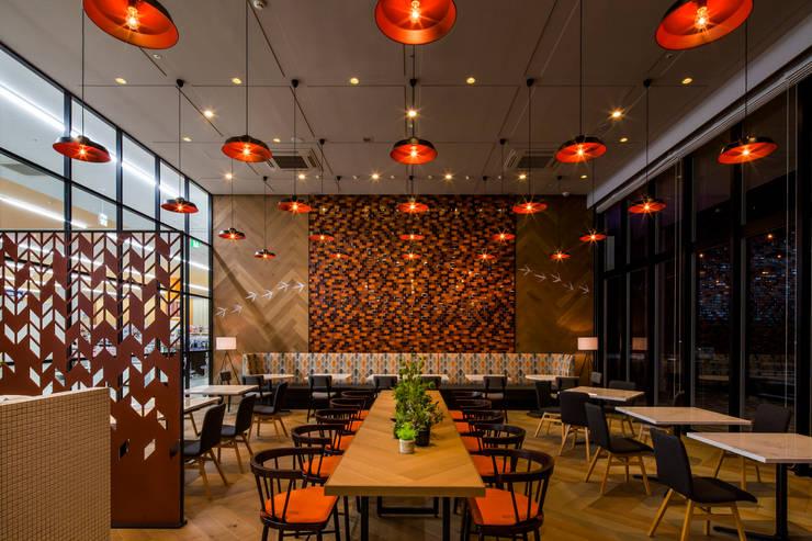 DINING AREA-3 モダンなレストラン の 株式会社DESIGN STUDIO CROW モダン