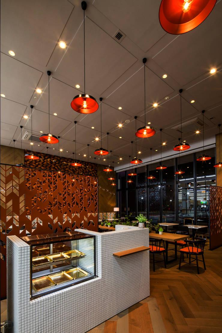 RECEPTION モダンなレストラン の 株式会社DESIGN STUDIO CROW モダン
