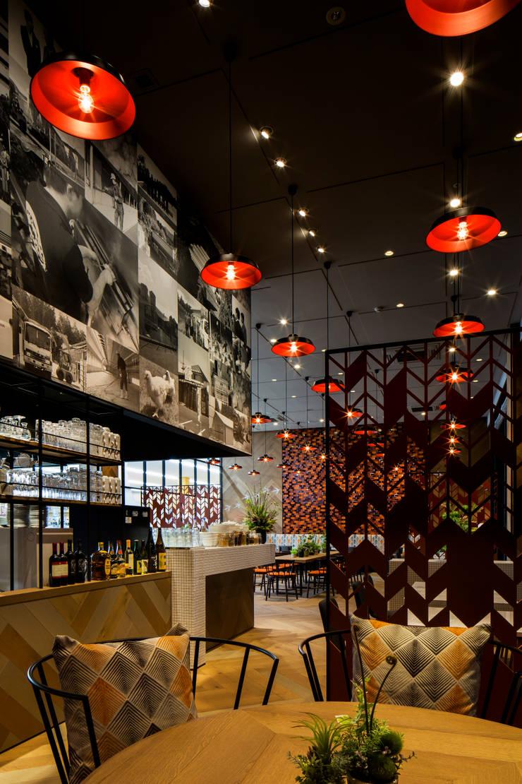 DINING AREA-4 モダンなレストラン の 株式会社DESIGN STUDIO CROW モダン
