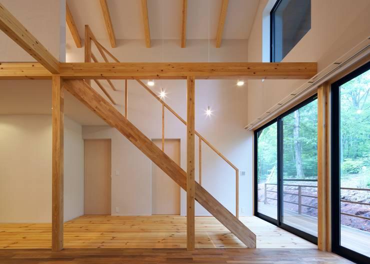 階段、通り土間: Unico design一級建築士事務所が手掛けた廊下 & 玄関です。