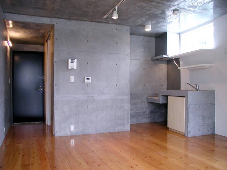 フラットAタイプ: Unico design一級建築士事務所が手掛けたリビングです。