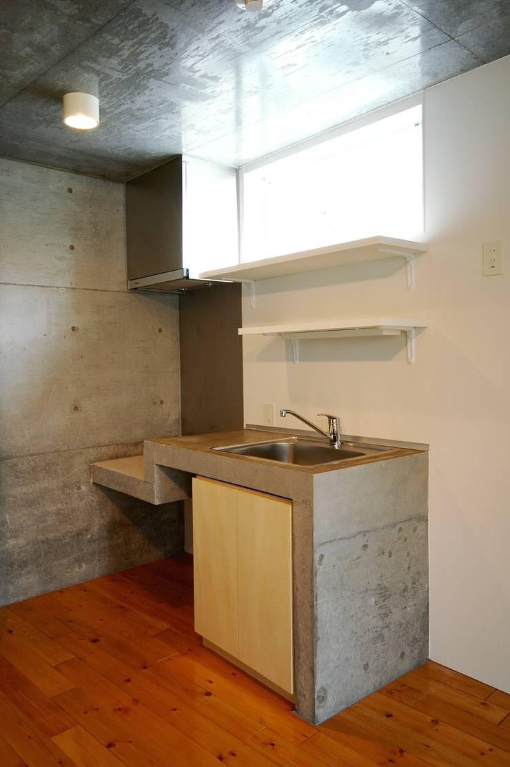 フラットAタイプ キッチン: Unico design一級建築士事務所が手掛けたキッチンです。