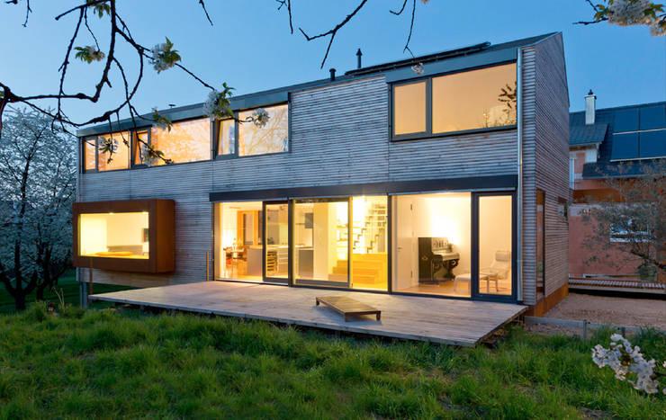 Patios & Decks by ÜberRaum Architects