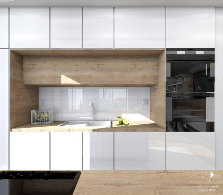 Biel i drewno w kuchni : styl , w kategorii Kuchnia zaprojektowany przez Architekt wnętrz Klaudia Pniak