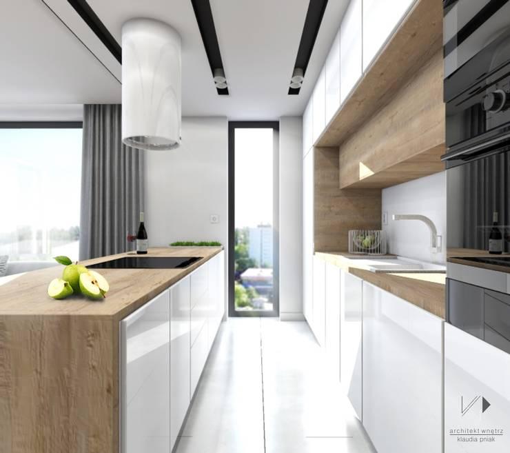 Biało drewniana kuchnia : styl , w kategorii Kuchnia zaprojektowany przez Architekt wnętrz Klaudia Pniak