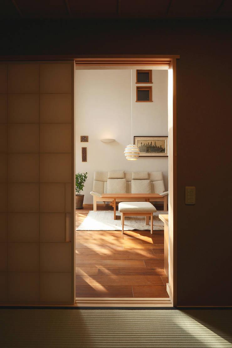 和室から居間: 竹内建築設計事務所が手掛けたリビングです。