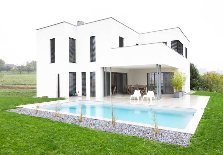 Wohnhaus in Siedlungslage, Österreich: moderne Häuser von STUDIO 54 Ziviltechniker GmbH