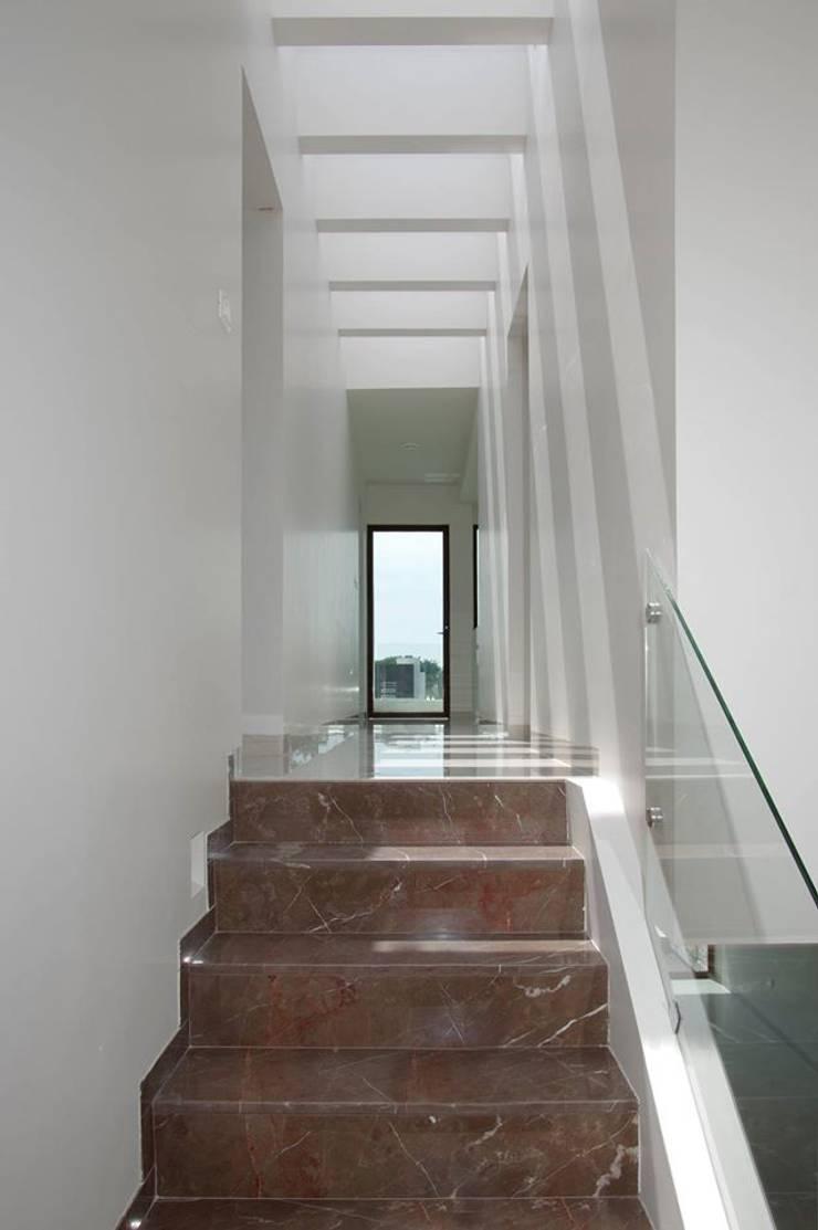 Bosques de Jiutepec Pasillos, vestíbulos y escaleras minimalistas de DYE-ARQUITECTURA Minimalista Caliza